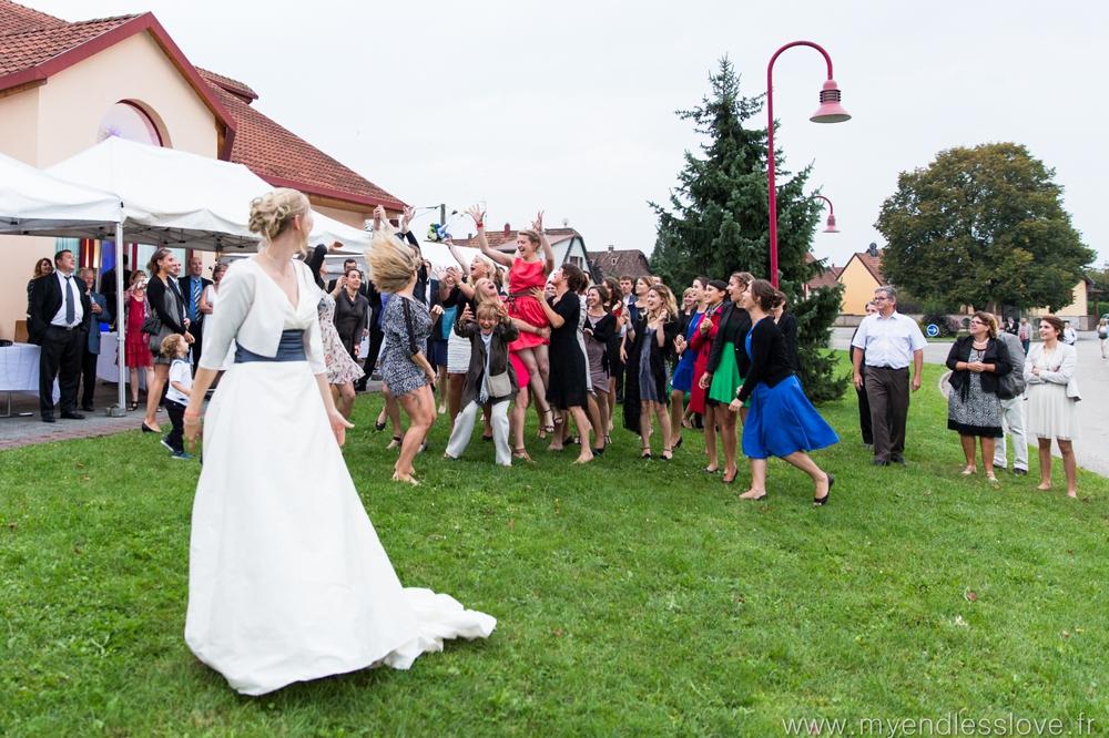 Photographe mariage lancer de bouquet